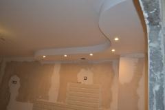 Готовая фигура на потолке, выделяющая зону кухни